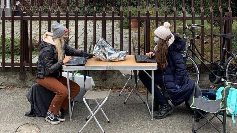 Eva, insieme alla sua compagna Cecilia, protesta contro la ...