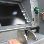 Bancomat: cambiano le regole sui costi dei prelievi in contanti dagli sportelli Atm.